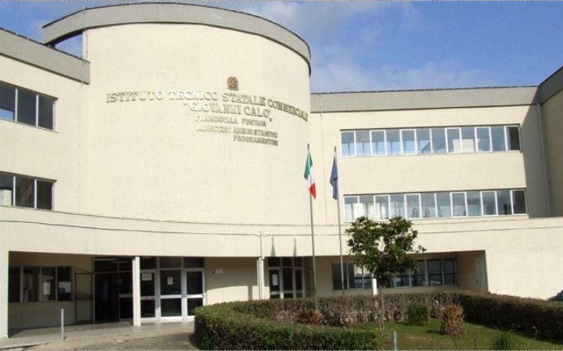 """Nell'atrio dell'ITES """"G. Calò"""" di Francavilla Fontana l'incontro """"Questo paese diventerà bellissimo""""."""