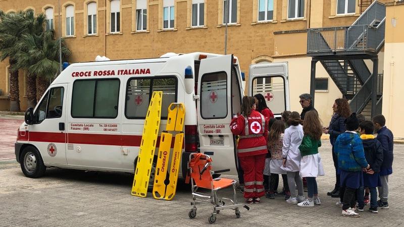 """I volontari CRI al 1° Circolo Collodi di Fasano con """"Ambulanza a misura di bambino"""""""