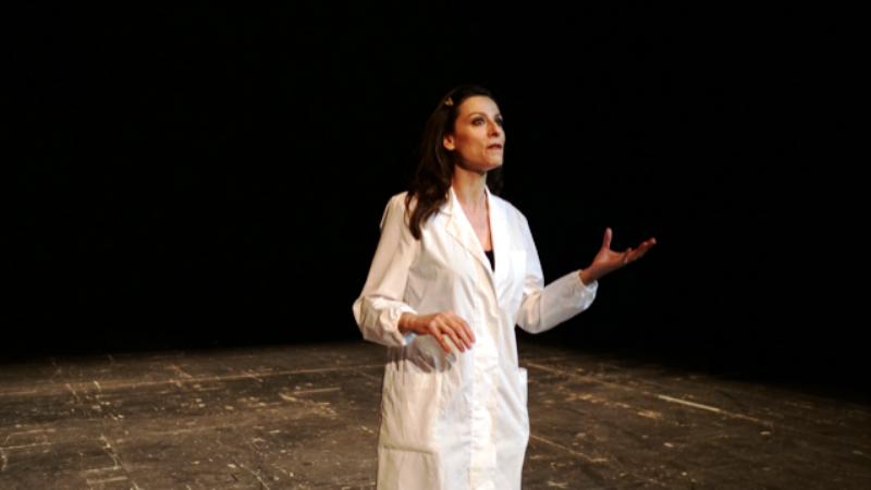 Stagione di prosa a Fasano – Sara D'Amario racconta le donne di scienza